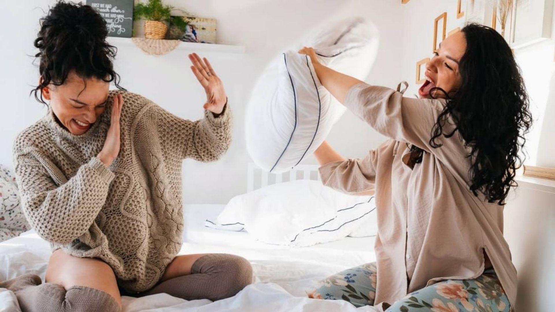 women_pillow_fight