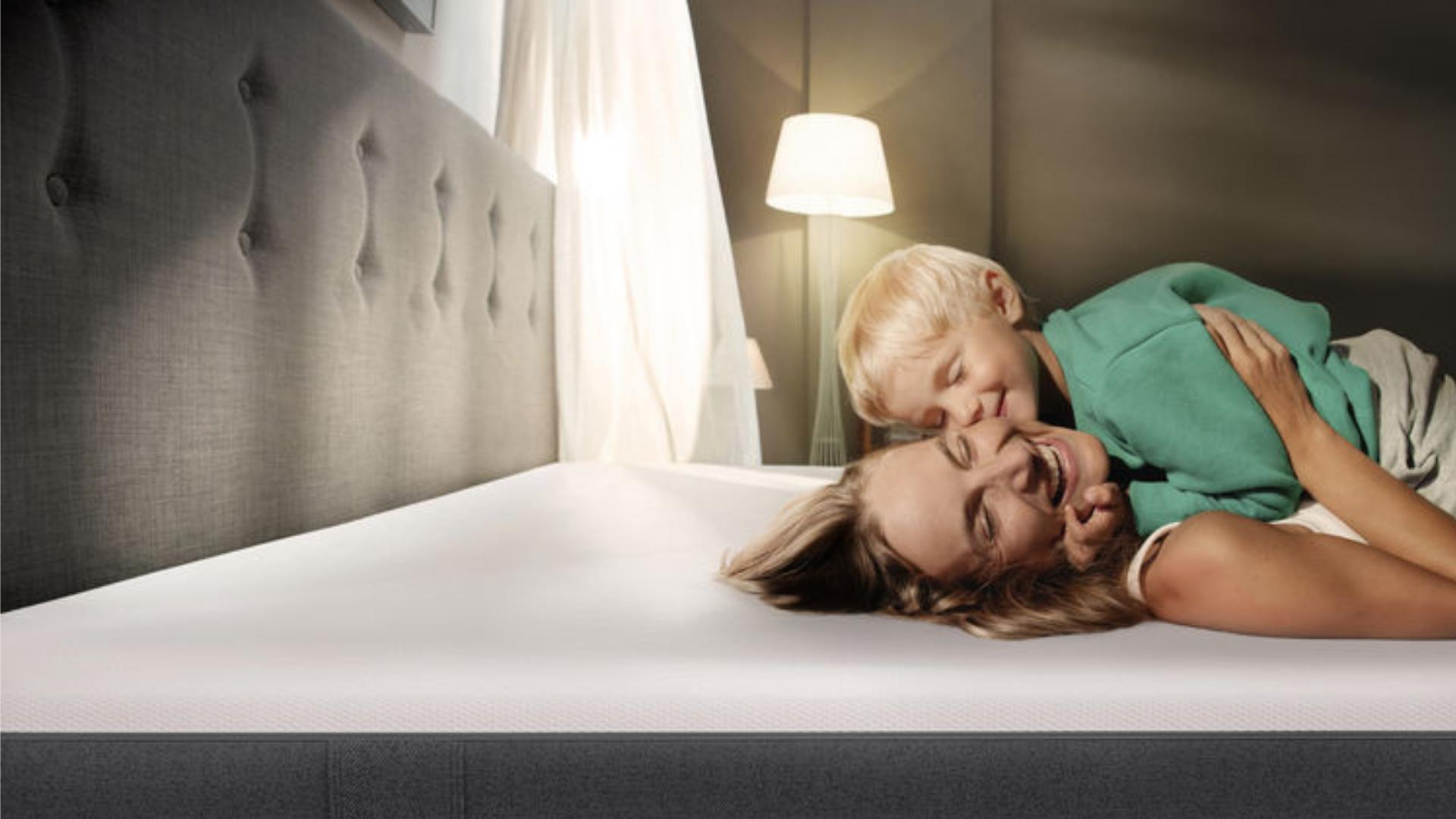 Familia durmiendo en Colchón Emma