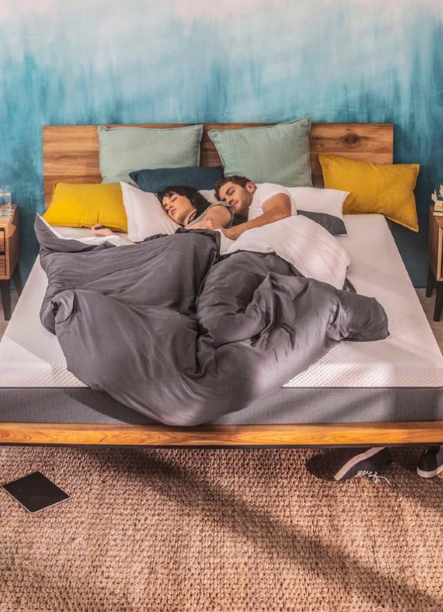 Casal dormindo no Colchão Emma